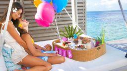 """Изкусителният """"ангел"""" Алесандра Амброзио отпразнува 12-ия рожден ден на дъщеря си на Малдивите"""