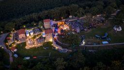 """Спектакълът """"Янините девет братя"""" откри първия летен фестивал """"Портал на два свята"""" - Цари Мали град"""