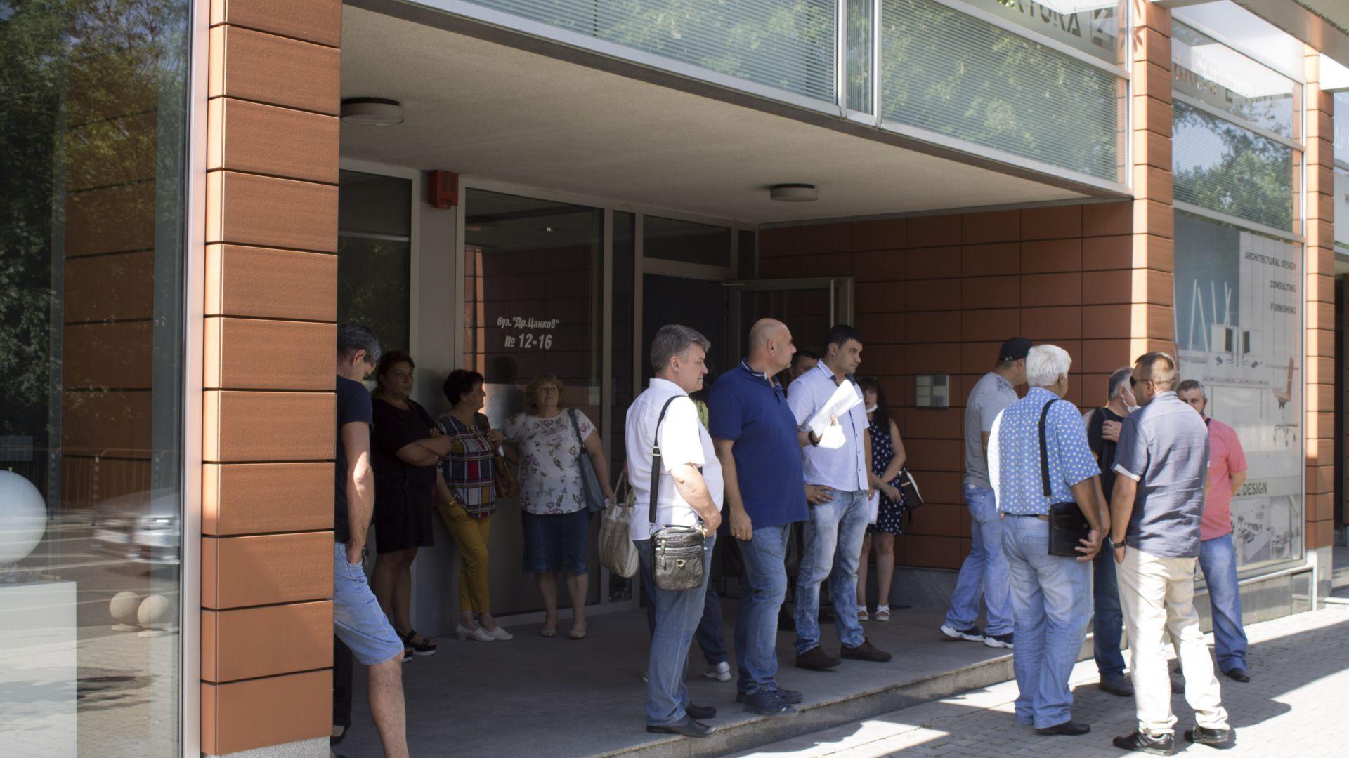 """Работници от """"Брикел"""" с декларация в защита на дружеството пред централата на """"Да ,България"""""""
