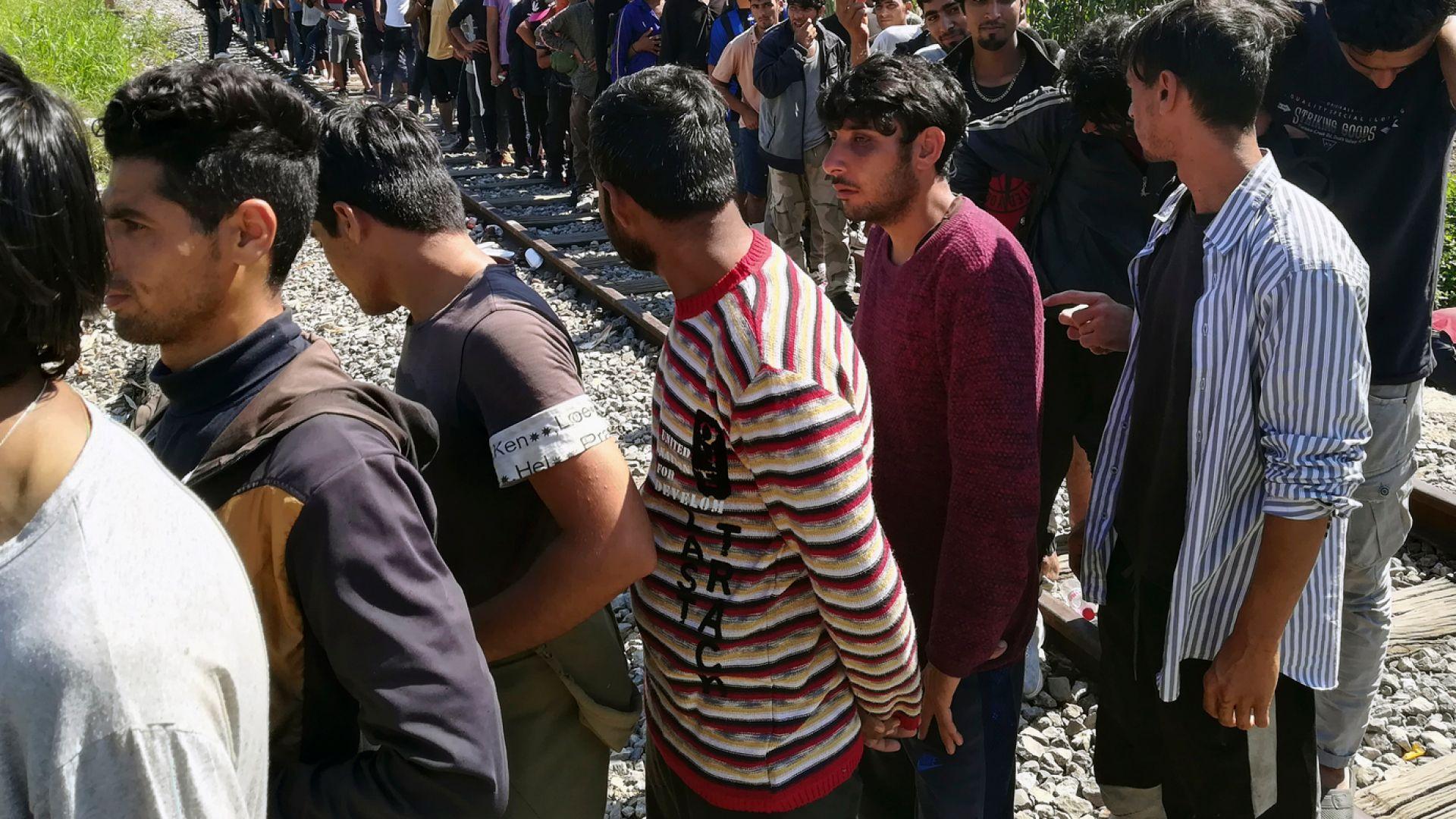 Откриха 23 нелегални мигранти, натъпкани в бус край Пловдив