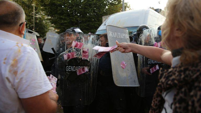 Плътен кордон от полицаи опаса официалния вход на Народното събрание,