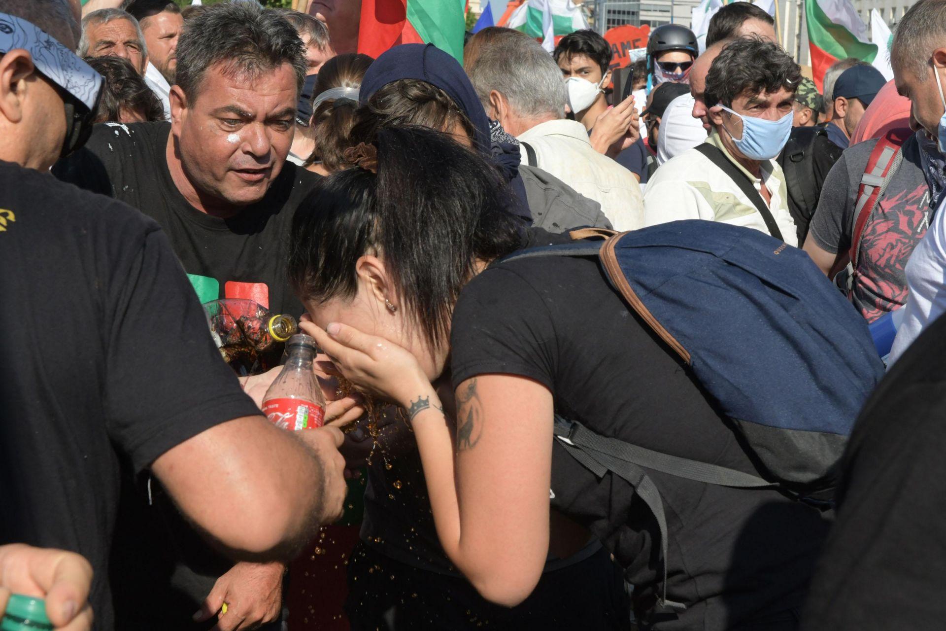 Към 10.30 ч втори опит за пробив в парламента, полицията отвърна със сълзотворен газ. Много полицаи и граждани пострадаха
