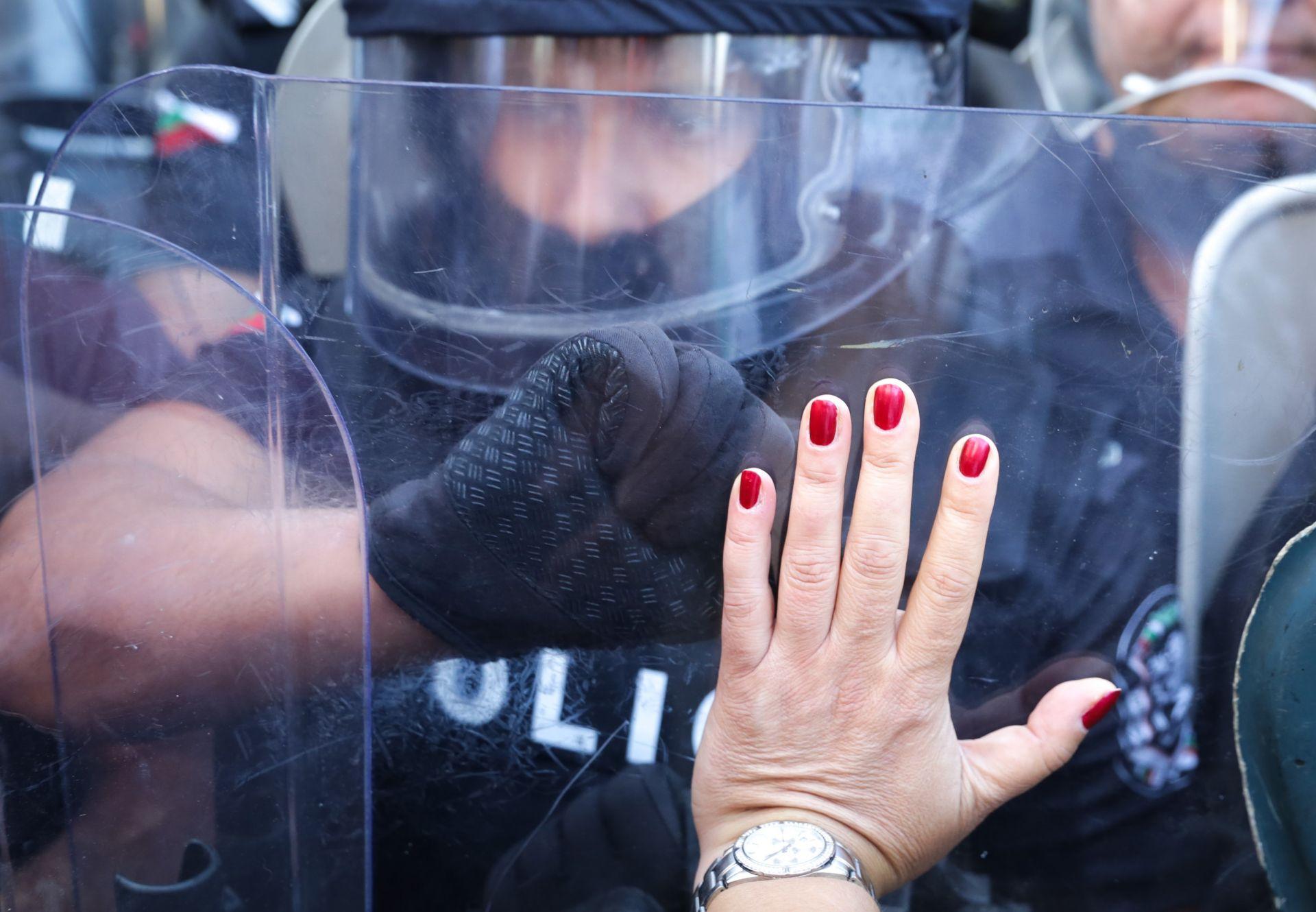 Жена избутва натиска от полицията