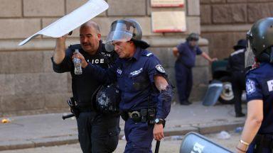 Непрестанни сблъсъци в центъра на София, множество пострадали и задържани (видео и снимки)