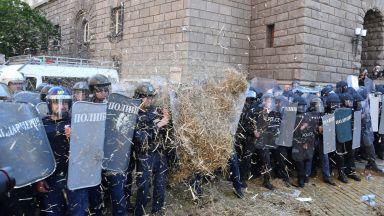 Съдят протестиращ, хвърлял пиратки и бутилки по полицаи