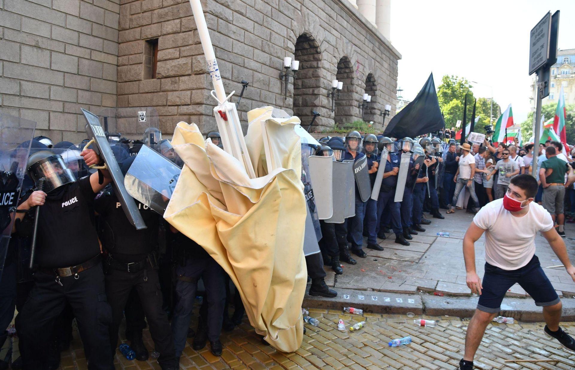 Към силите на реда бе хвърлен и чадър