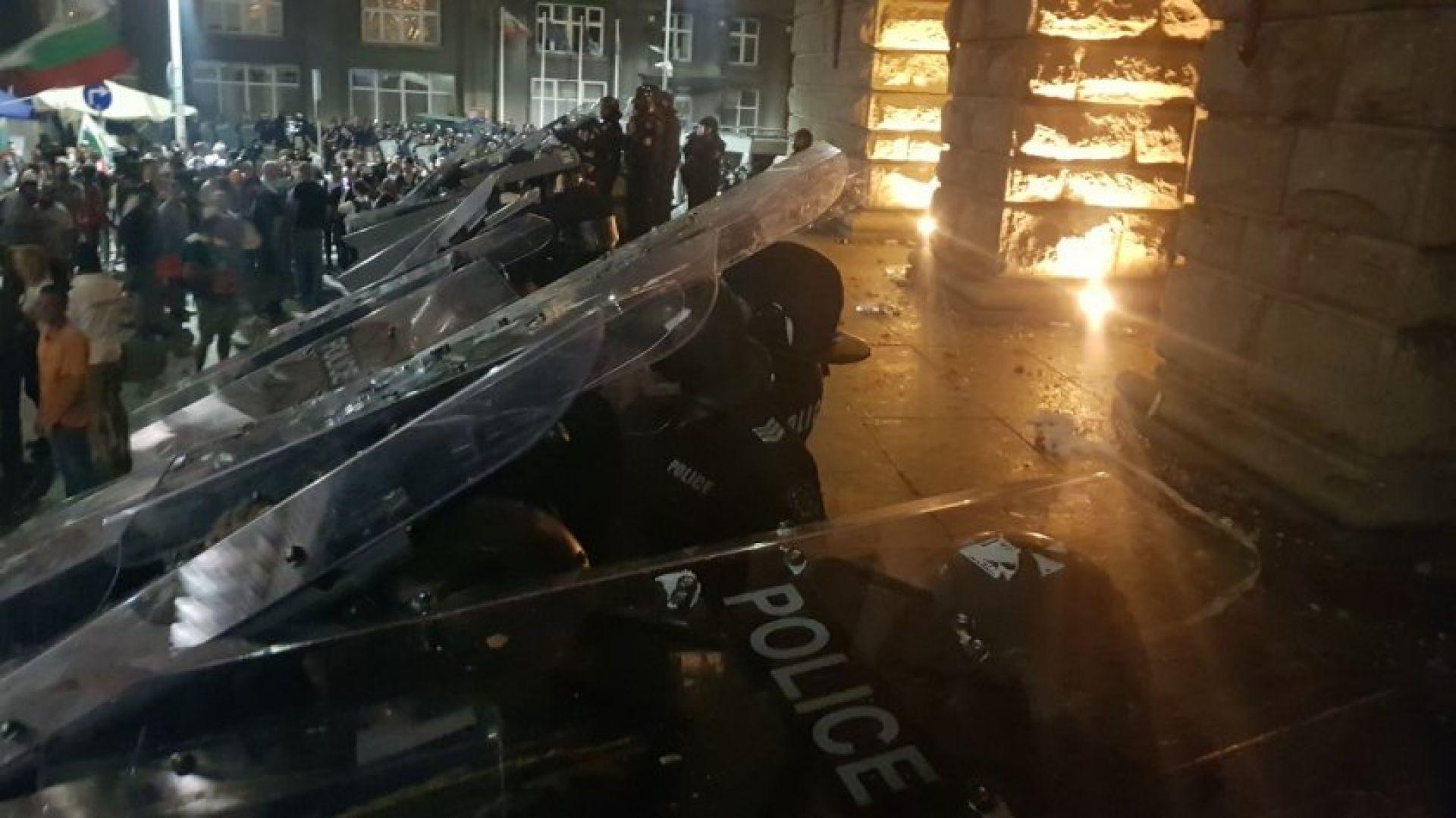 56-и ден протест: Десетки бомбички срещу полицаите, стигна се до сблъсъци, има ранени (снимки)