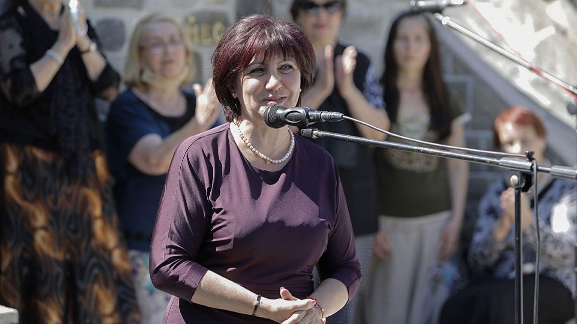 Караянчева: Президентът подстрекава този метеж