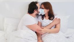 Здравна експертка препоръчва носенето на маски по време на секс
