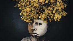 """Един """"фаранги"""" в Африка: Фотографът Светлин Йосифов за племената, автоматите и историята на белезите"""