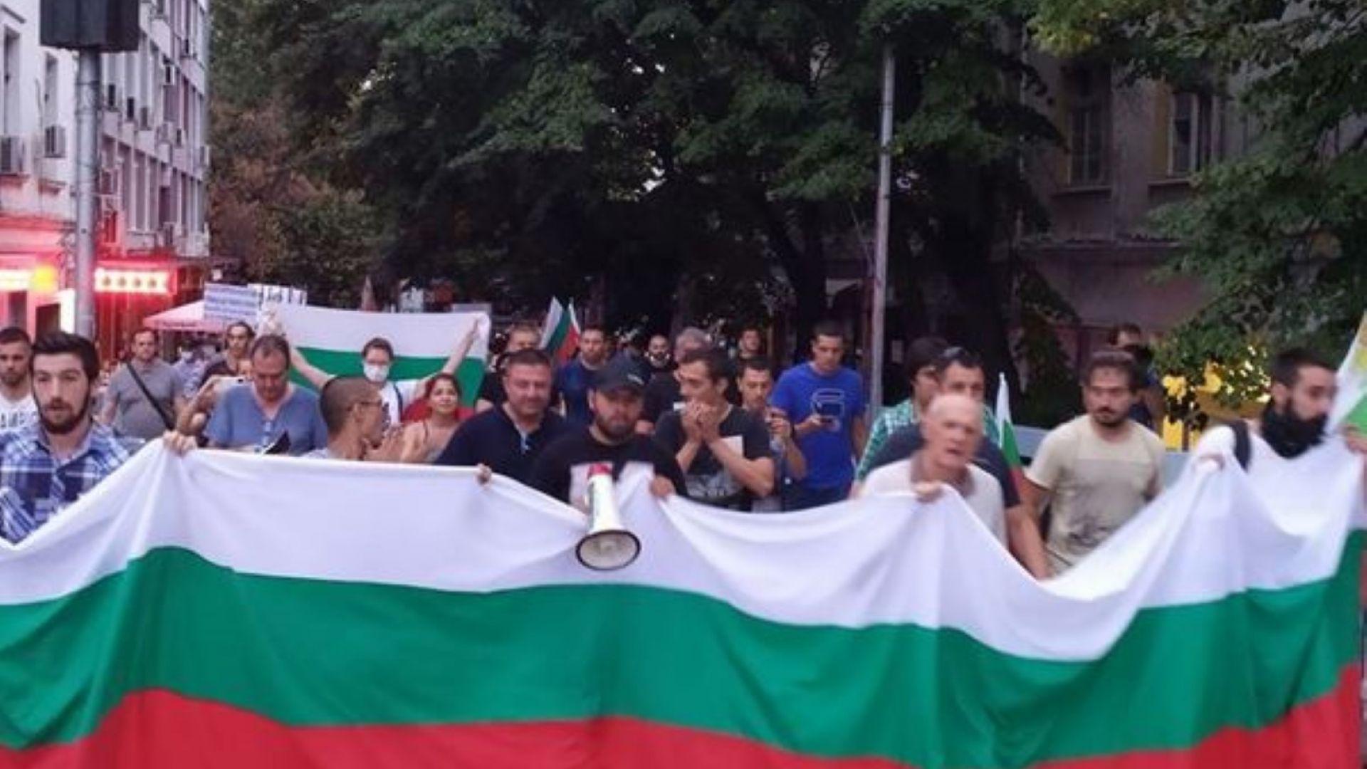 Протестиращи в Пловдив опитаха да нахлуят в хотела, в който бе председателят на НС