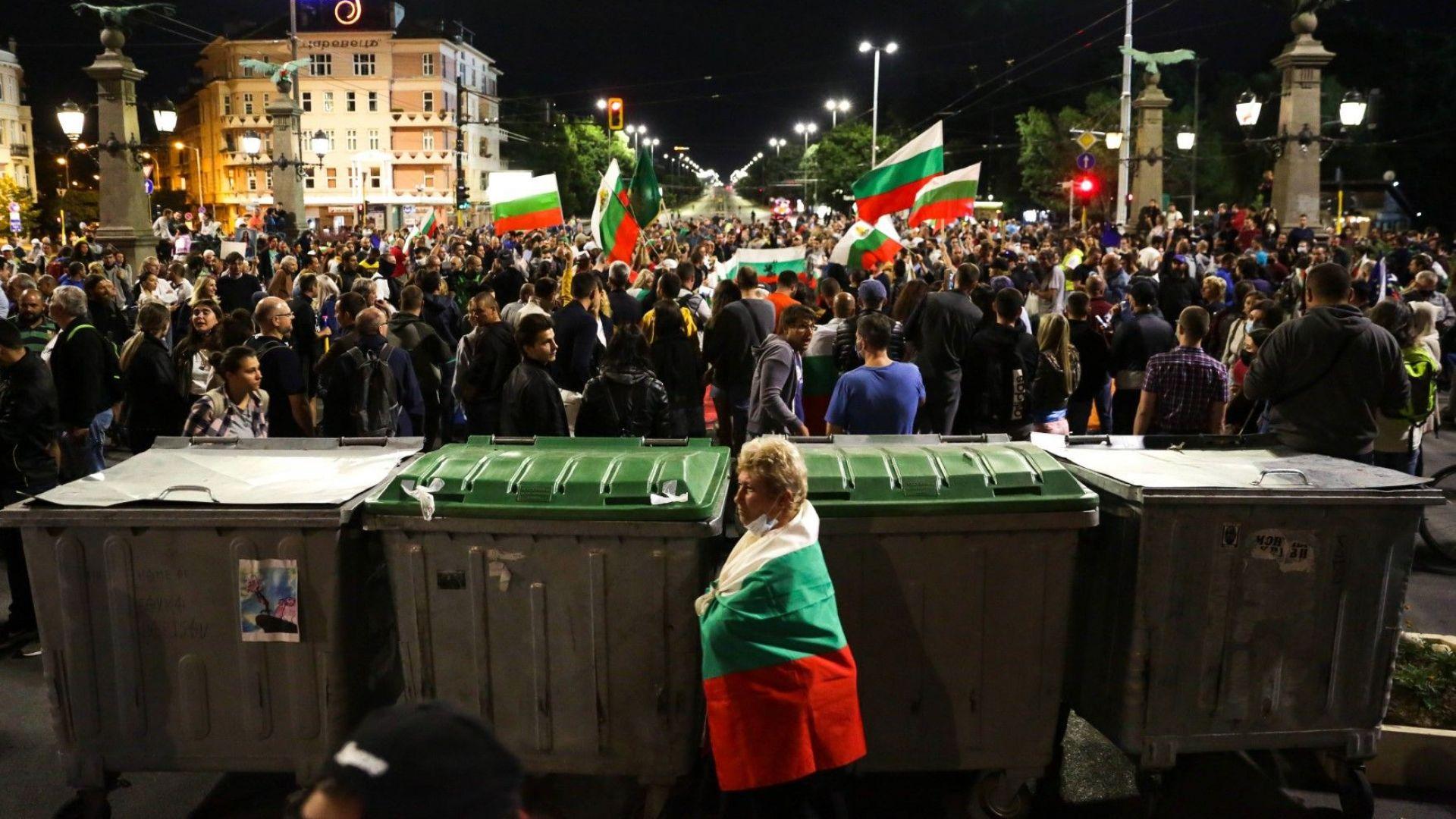 Протестиращи отново блокираха Орлов мост с палатки и кофи за боклук