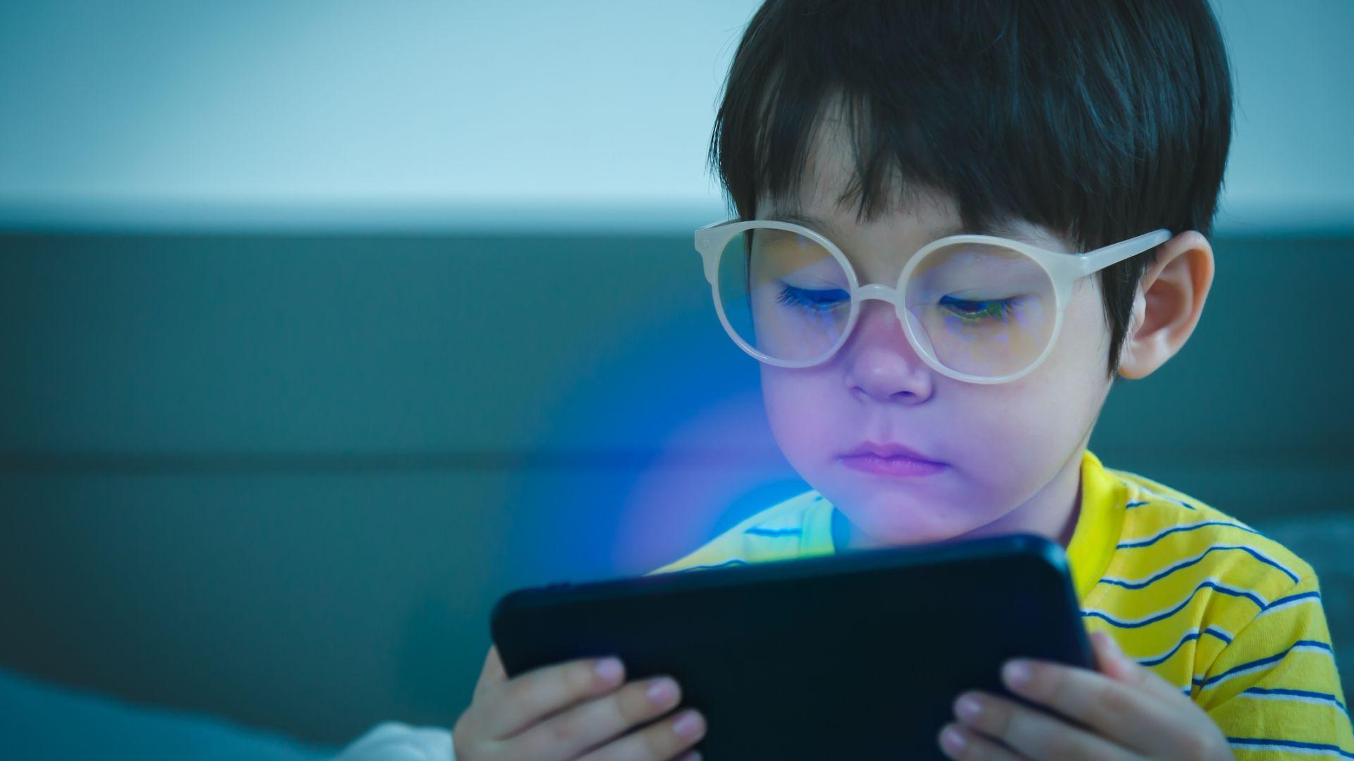 Синята светлина от екрана е най-вредна за хората до 18-годишна възраст