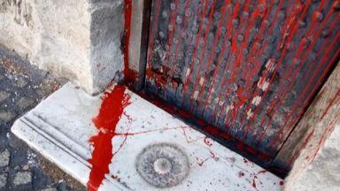 """64-годишна жена заляла с червена боя храма """"Св. Петка"""""""