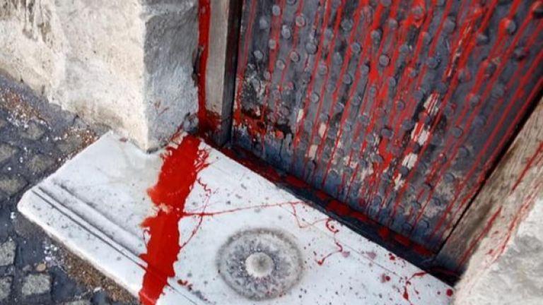 64-годишна жена е заляла с червена боя храма