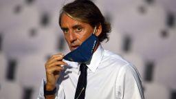 След критиките за масова психоза, Манчини също даде положителен тест