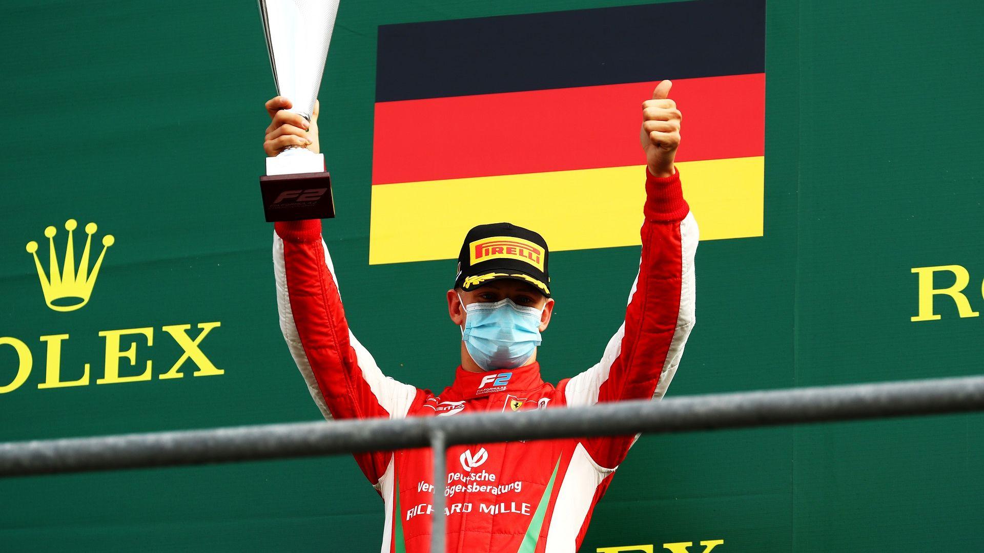"""14 години по-късно, пилот с фамилия Шумахер отново триумфира на """"Монца"""""""
