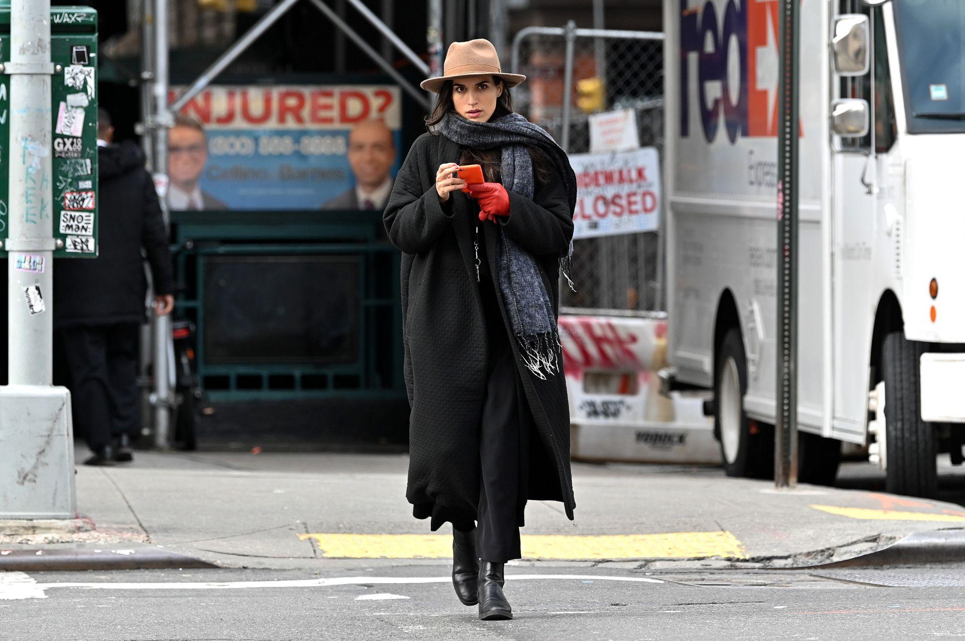 Нюйоркчанка, която вече е извадила есенния гардероб с елементи от стила на 90-те години