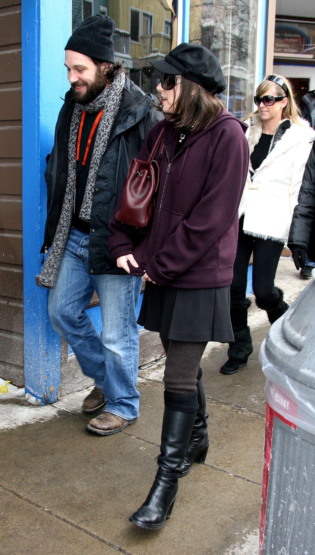 Уинона Райдър отново залага на високи кожени обувки и пола