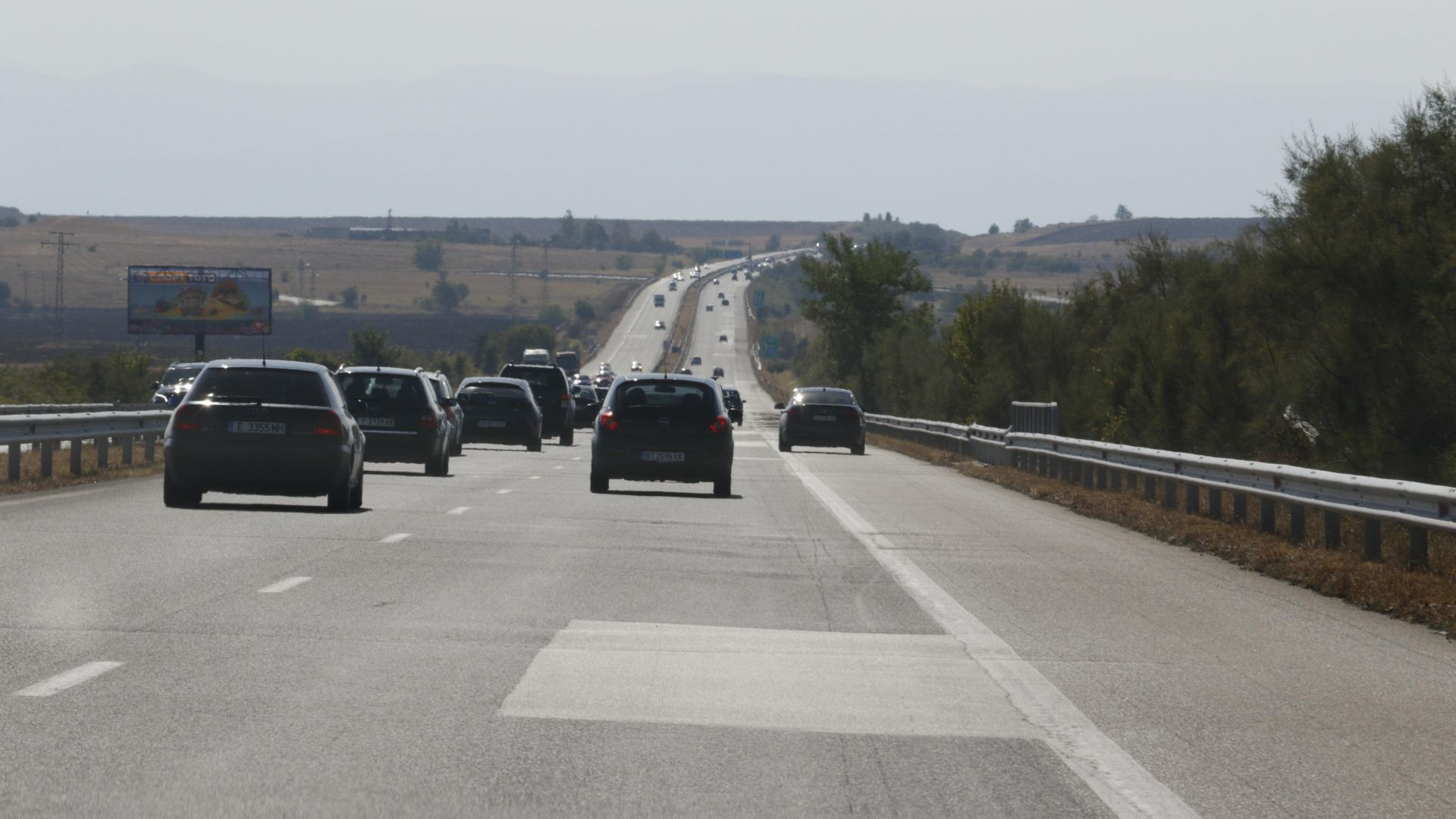 """Изглаждат още 16.5 км от """"вълните"""" на магистралата при Чирпан"""