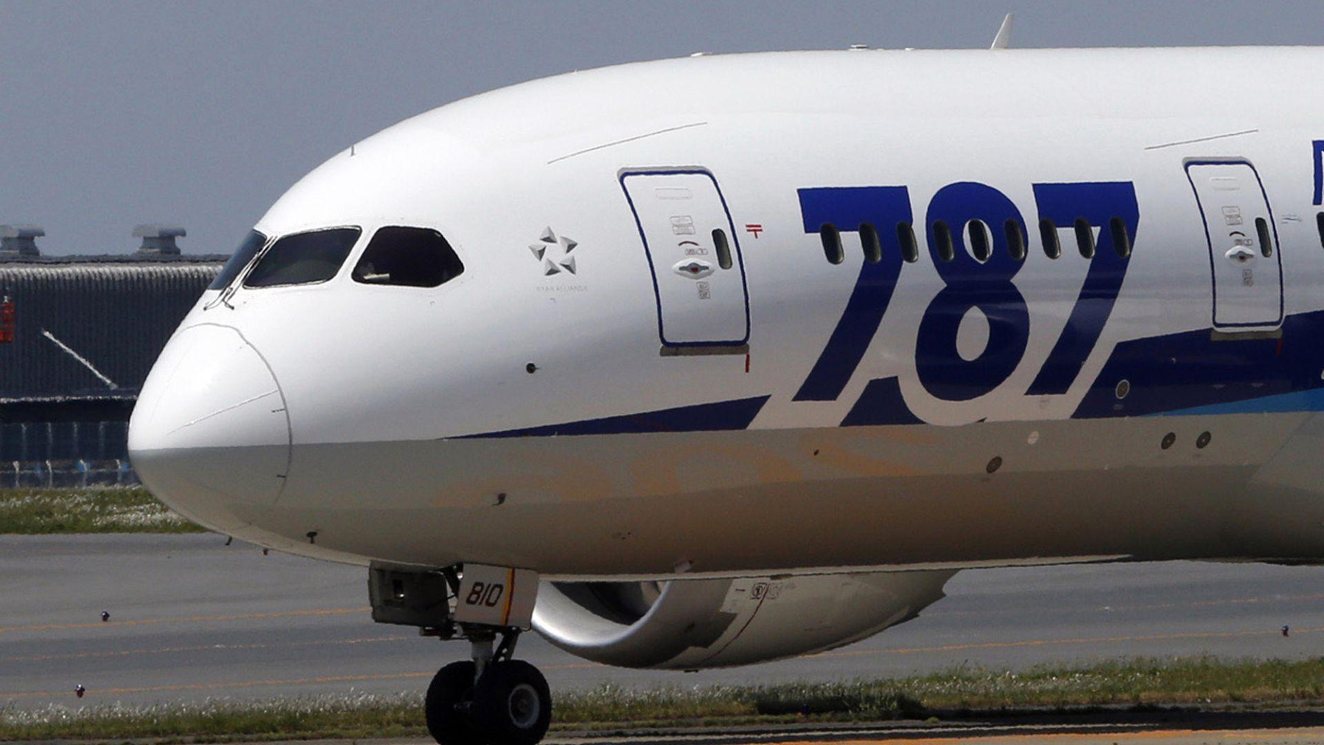 Разследват фабрични дефекти на Боинг 787