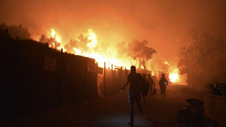 """Огнен ад в препълнения бежански лагер """"Мория"""" на остров Лесбос (видео и снимки)"""