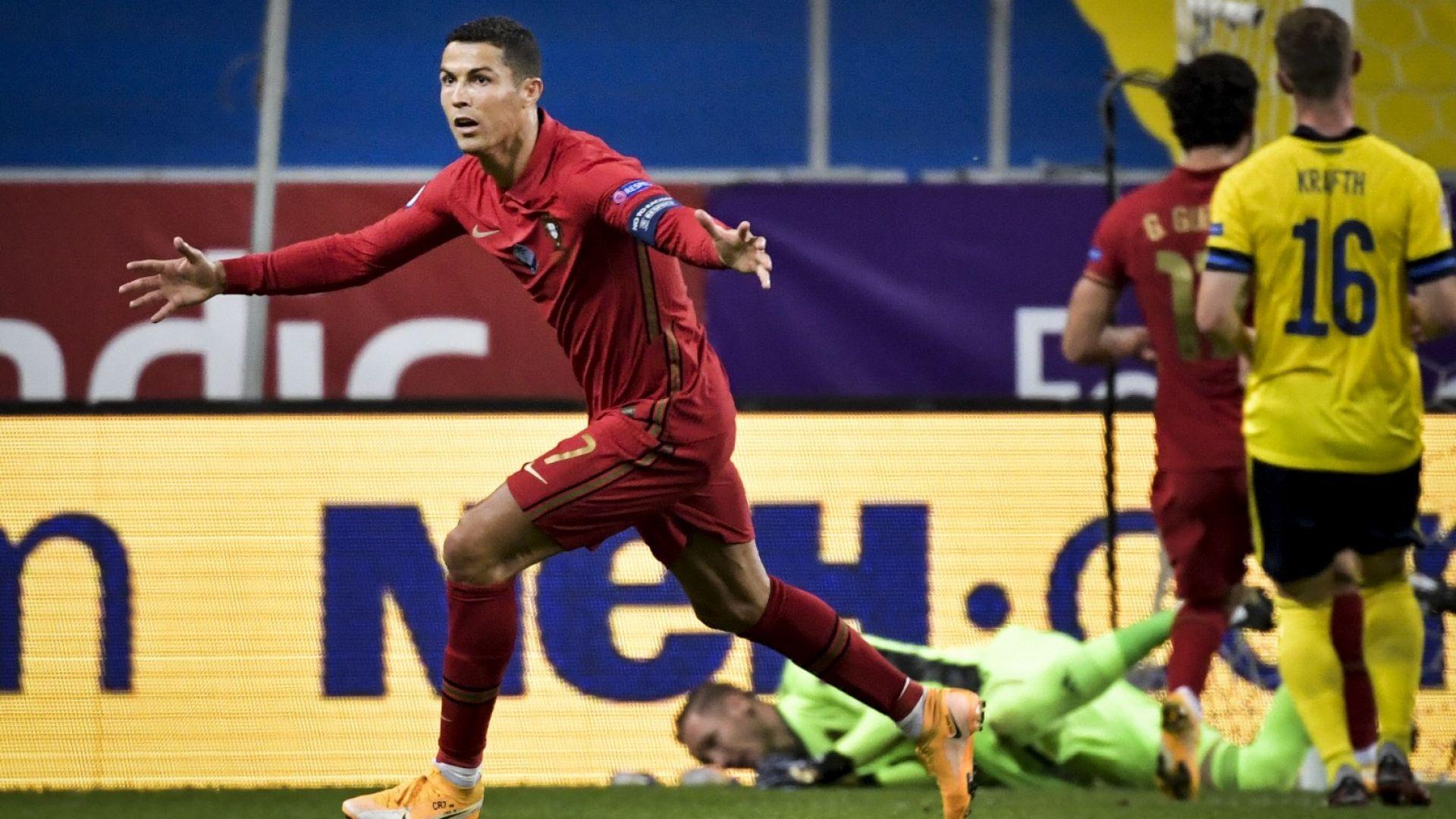 Изолираният Роналдо изгледа тренировката на Португалия в добро настроение