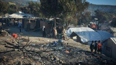 """Настаняват в кораби и палатки мигрантите от лагера """"Мория"""""""