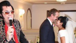 Имитатор на Елвис Пресли венча певицата Лили Алън и актьора Дейвид Харбър