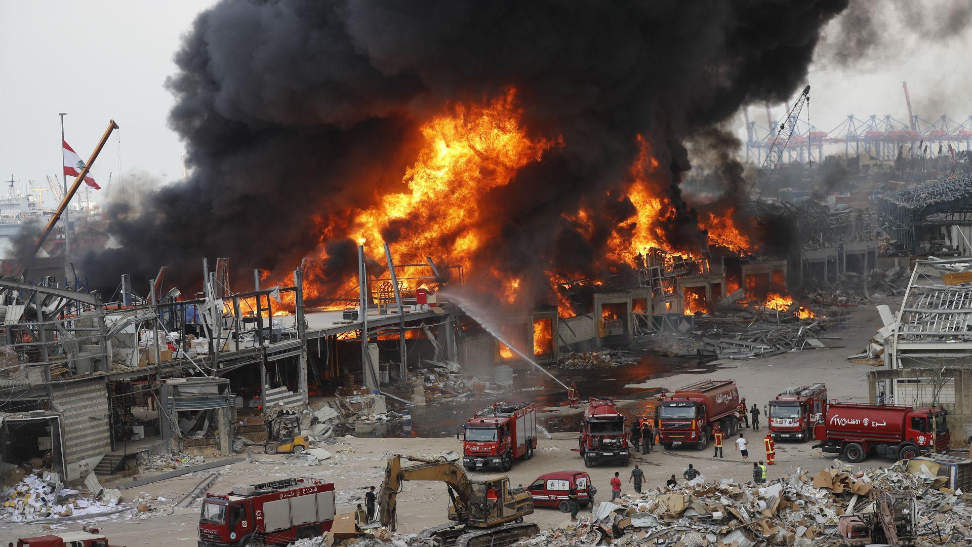 Голям пожар избухна в склад на пристанището в Бейрут и предизвика паника (снимки и видео)