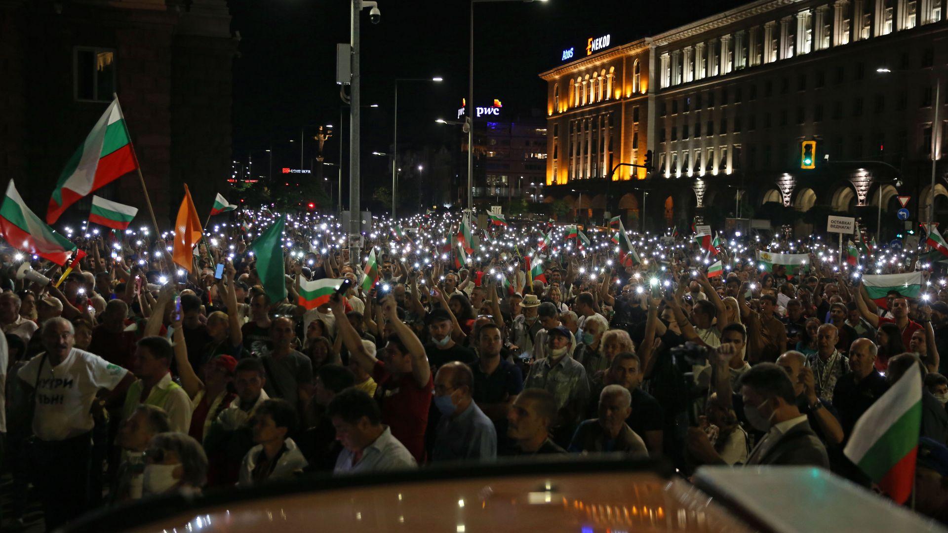 """С """"Нека бъде светлина"""" отбелязаха вечерната част от """"въстанието"""" (снимки)"""