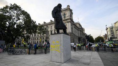 Паметникът на Чърчил в Лондон осквернен с графити (снимки)