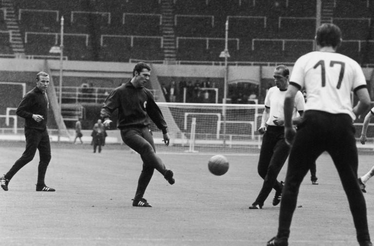 """Бекенбауер като футболист с немския тим на тренировка на стадион """"Уембли"""""""