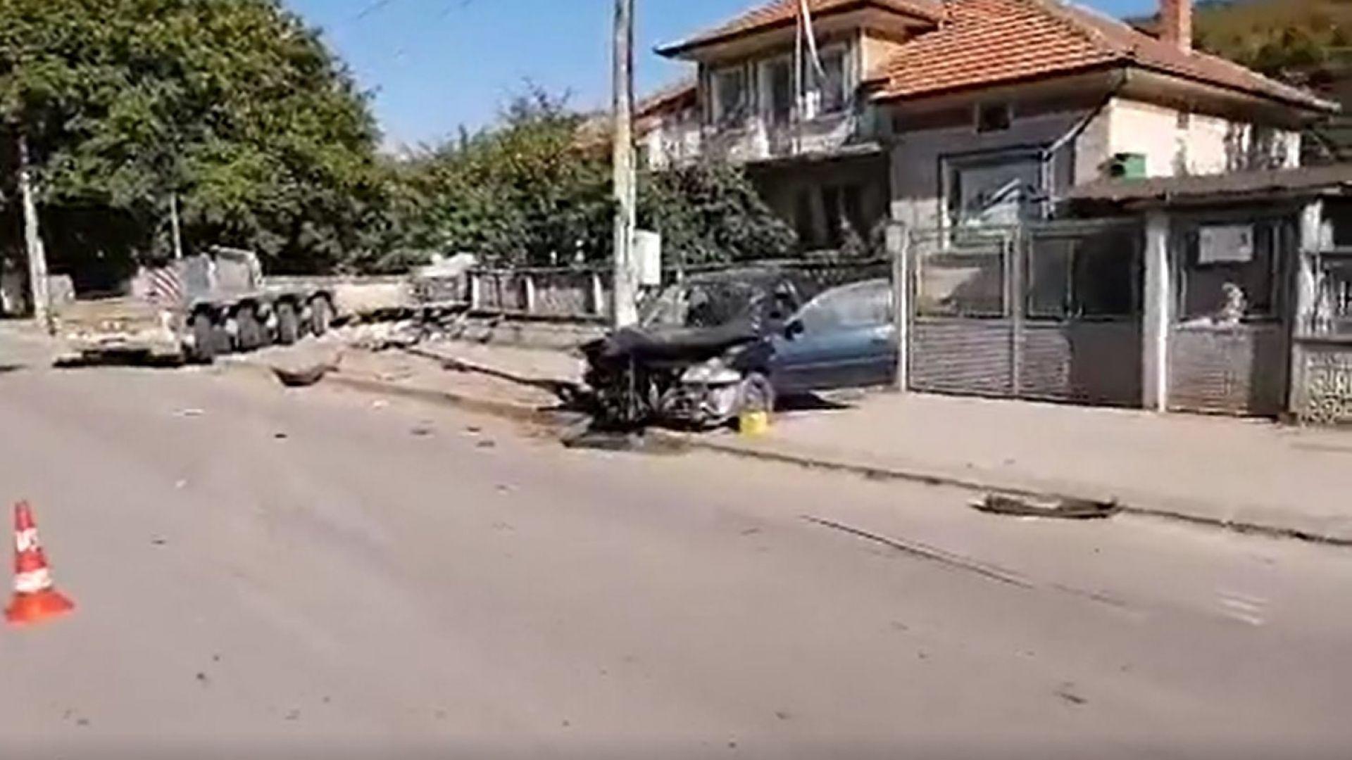 """ТИР, нает по проекта """"Балкански поток"""", се вряза в къща и уби човек (видео)"""