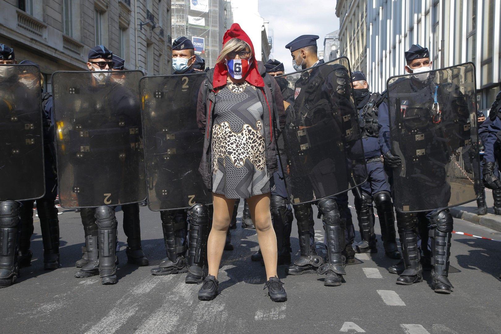 Протестиращ в Париж носи качулката на Мариан, символ от френската революция през 1789 г.