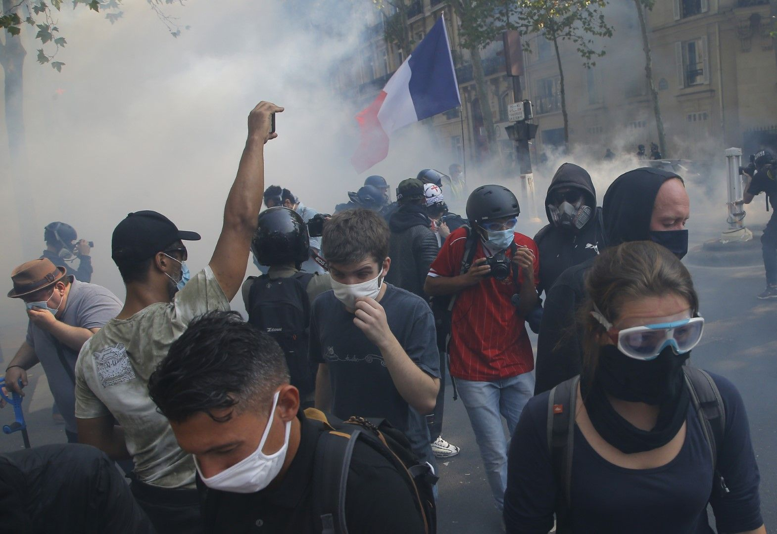 """Протестиращи """"жълтите жилетки"""" с предпазни маски срещу коронавирус бягат от сълзотвония газ в Париж"""