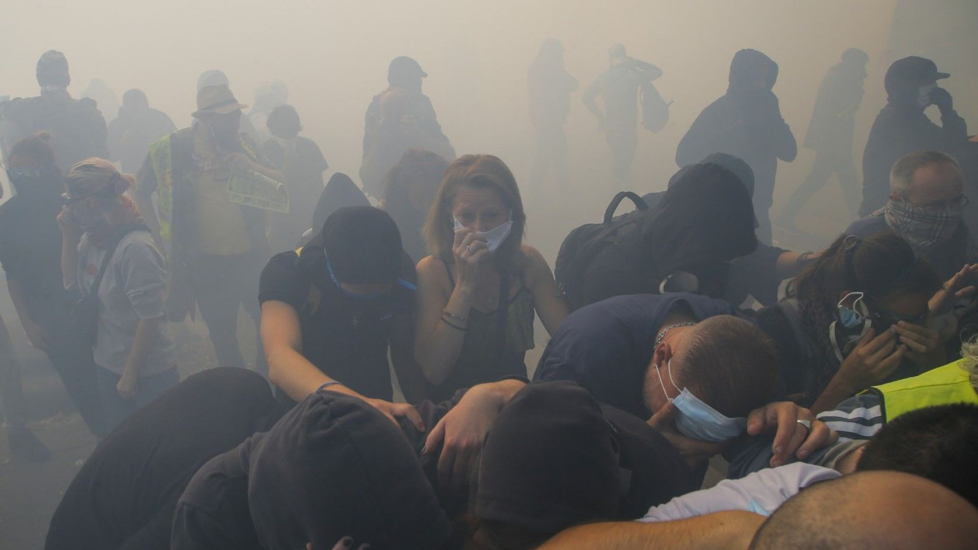 """Стотици арестувани при сблъсъци между полицията и """"жълтите жилетки"""""""
