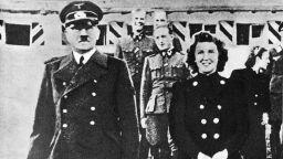 Хайнрих Хофман - личният фотограф на Хитлер, го запознава със 17-годишната Ева Браун