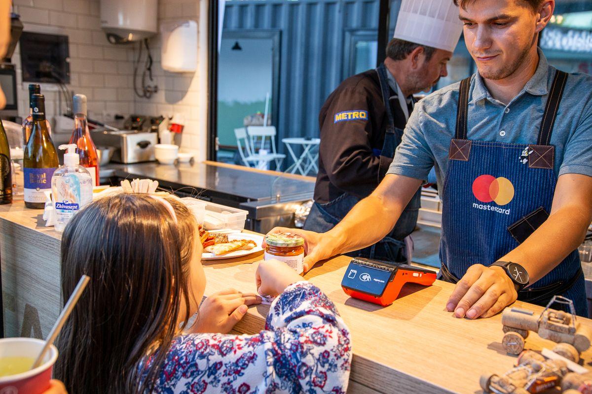 Колективно приготвената лютеница е част от програмата на четвъртия поред популярен Фестивал на Розовия домат.