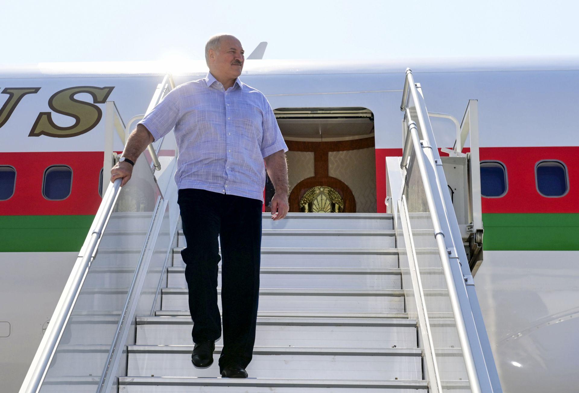 Лукашенко пристигна с държавния си самолет в руския курорт