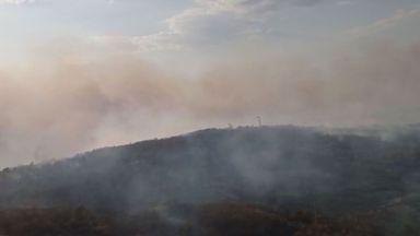 Хеликоптер и тежка техника гасят пожара в Старозагорско