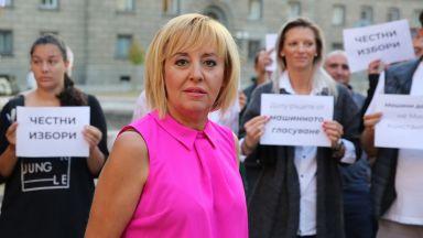 Мая Манолова протестира пред НС заради отмяната на пълното машинно гласуване (видео)