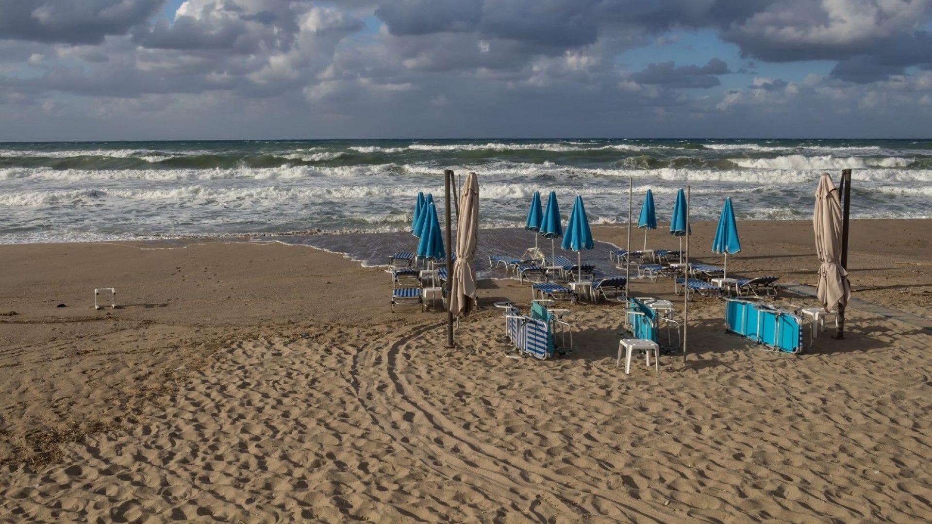 Порои и бури се очакват в Гърция, затвориха плажове