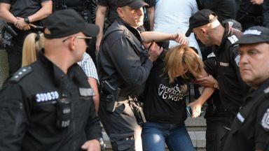 """Изведоха насила майките от парламента, те обявиха: """"Ритаха ни"""" (видео+снимки)"""