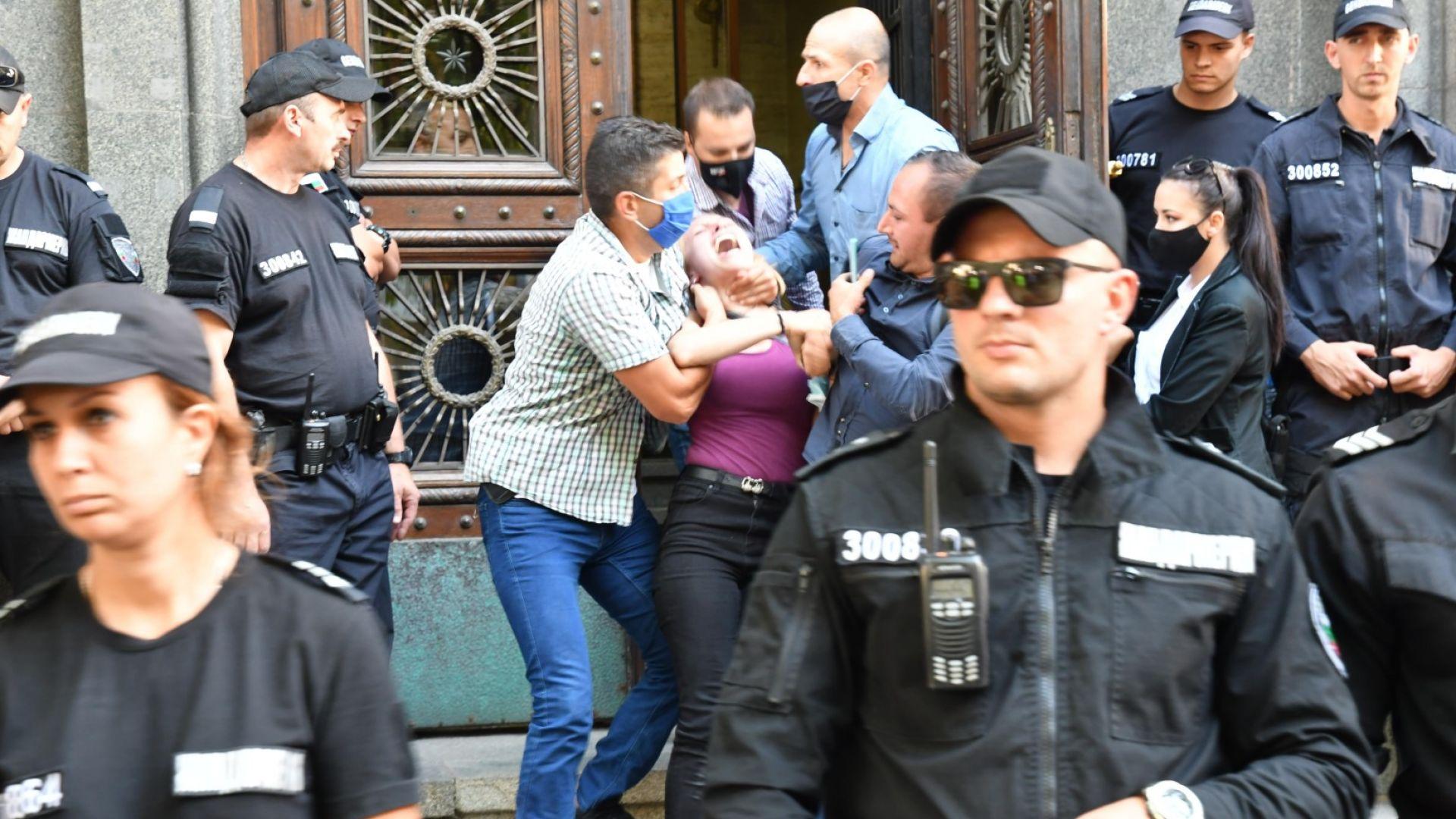 Кадри отвътре как НСО извежда майките и Мая Манолова от парламента (видео)