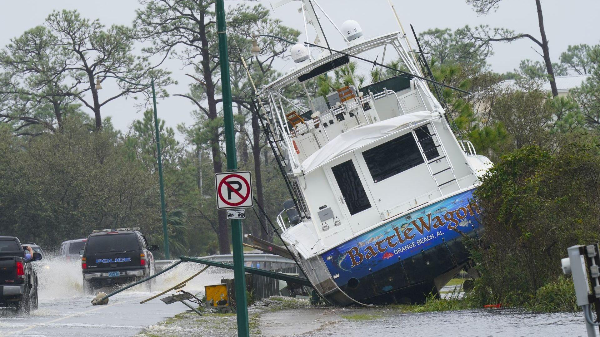 """Ураганът """"Сали"""" взе жертва в САЩ (снимки)"""