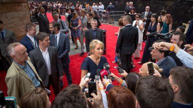Джоан К. Роулинг разгневи транссексуалните с герой травестит в новия си роман