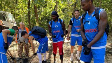 """Баскетболистите на """"Левски Лукойл"""" дадоха пример с лопати в ръце (снимки)"""