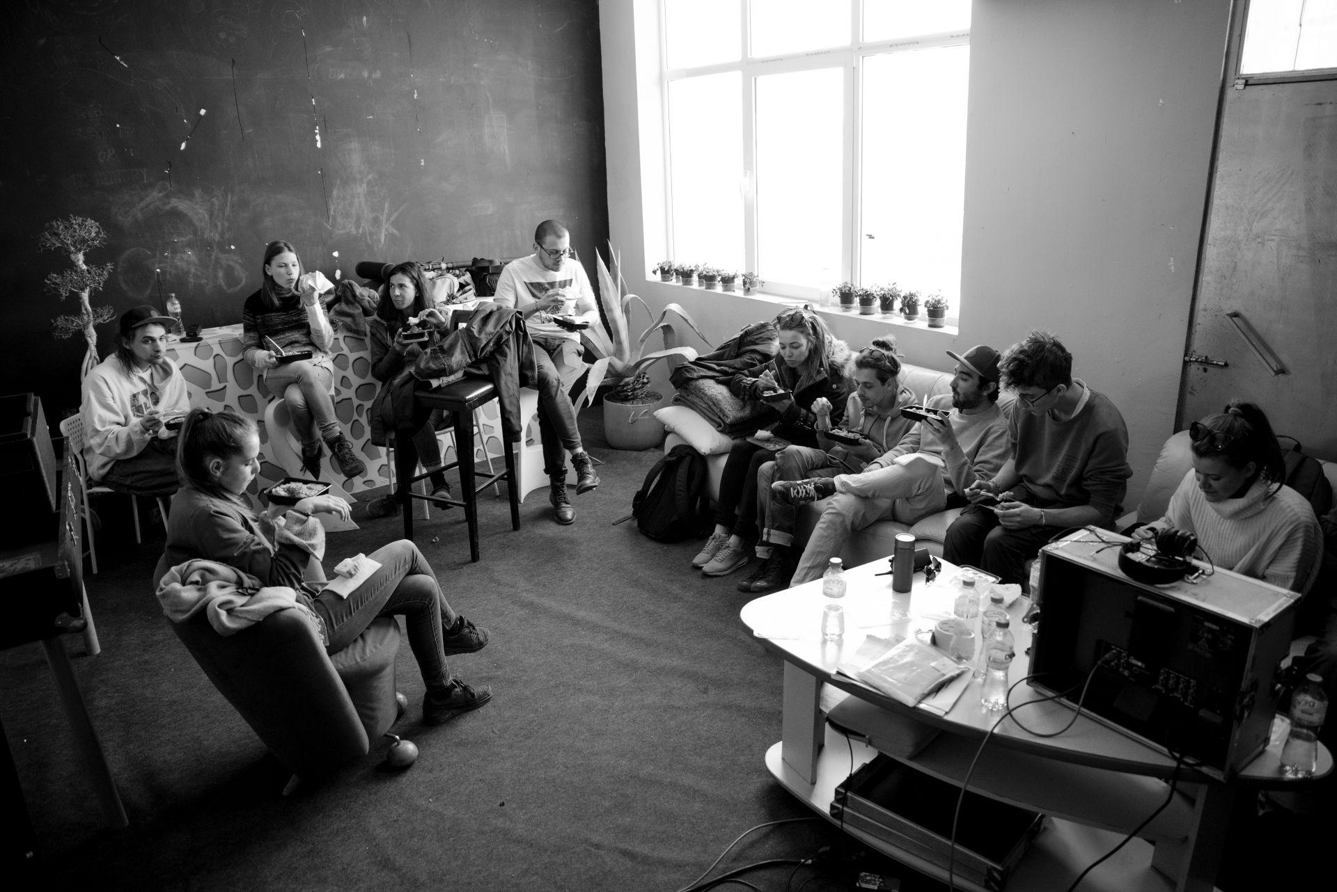 "Обедна почивка по време на снимките на филма ""Заедно без теб"", режисьор: Димитрис Георгиев  Фотограф: Петър Недялков"