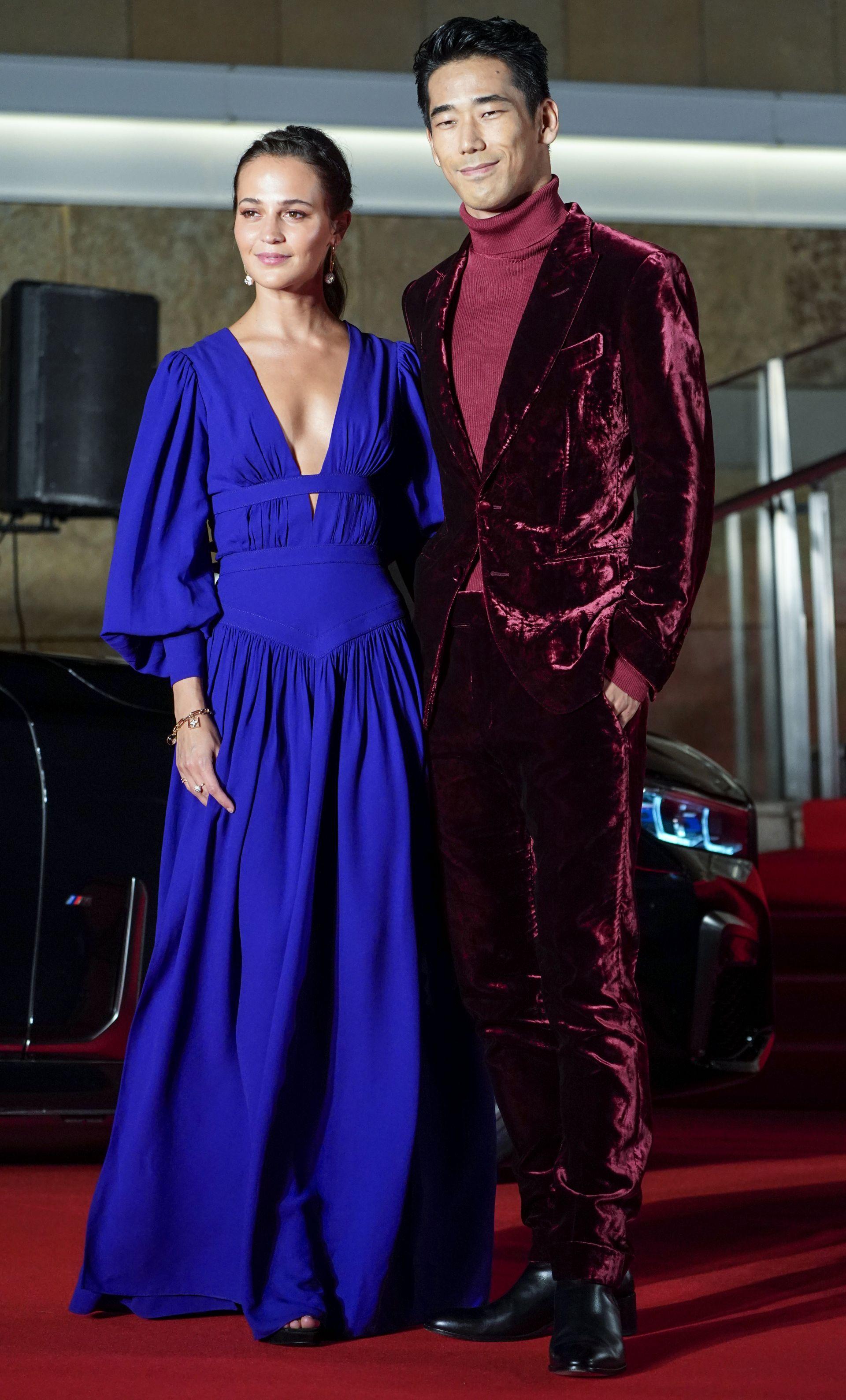 Алисия Викандер също заложи на кашмирена рокля в кралско синьо